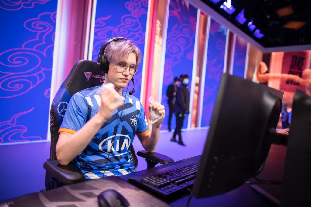 Finn playing for Rogue at Worlds 2020